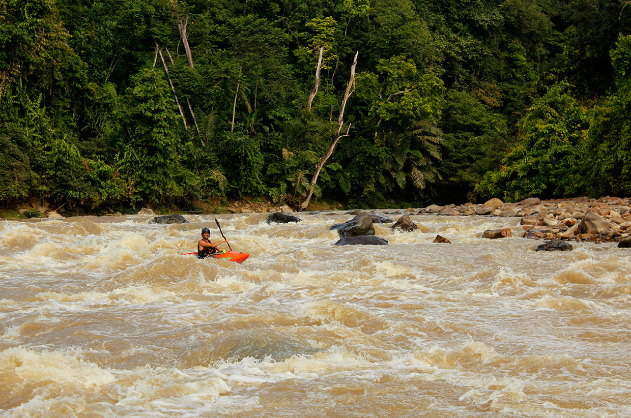Nick-Bennett-relaxing-on-one-of-the-more-easy-Sungai-Tutoh-rapids.
