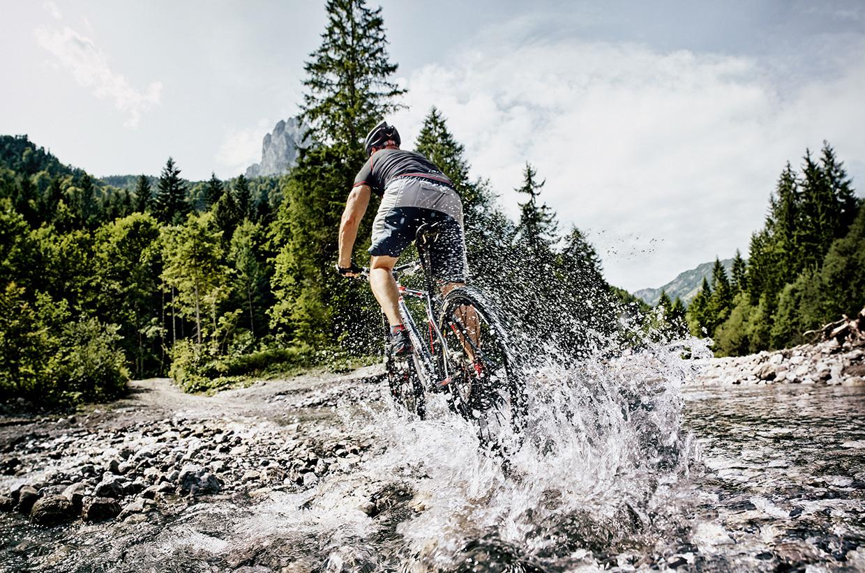 Mountainbiker-im-Bach-St.-Johann-in-Tirol-(c)-Staudinger